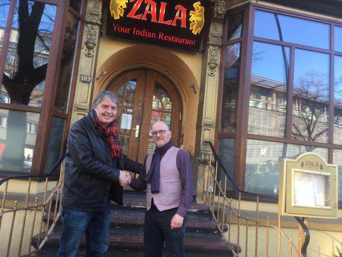 Konflikt beigelegt – NDR-Moderator Hans-Jürgen Mende und Andreas Schmidt reichen sich freundschaftlich die Hand, Hamburg